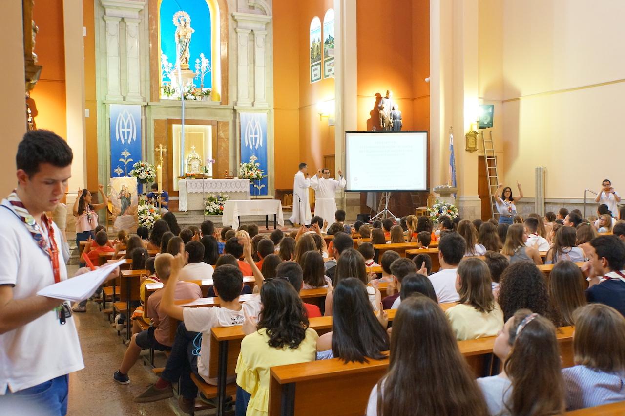 Jóvenes del centro juvenil celebrando la Eucaristía