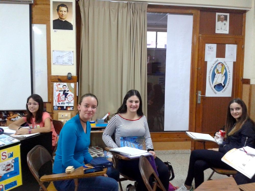 Alumnas del colegio en el Aula Mamá Margarita