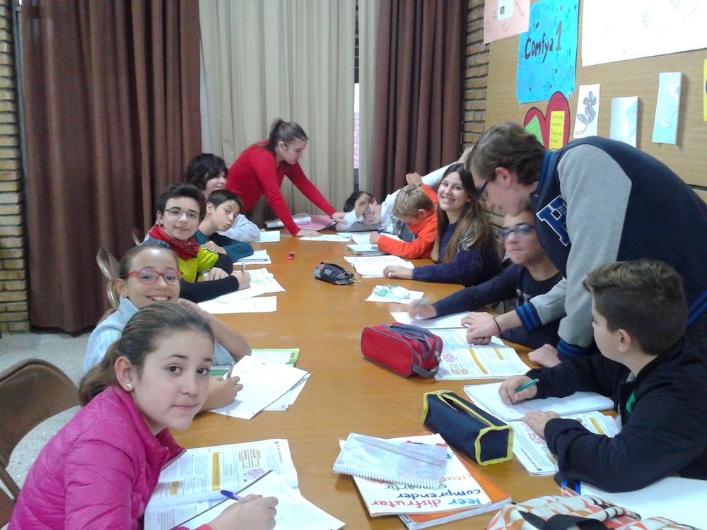 Alumnos/as del colegio estudiando en el Aula Mamá Margarita