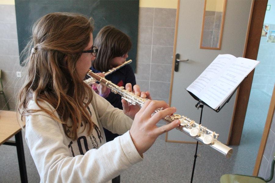 Alumnas en la Escuela de Música
