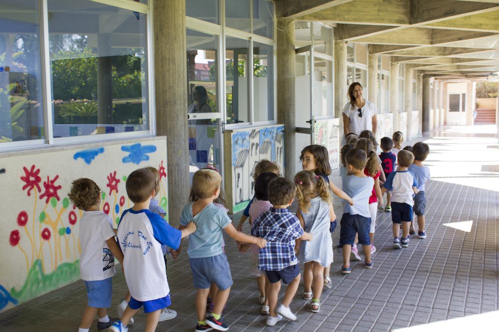 Alumnos/as de 3 años entrando al comedor