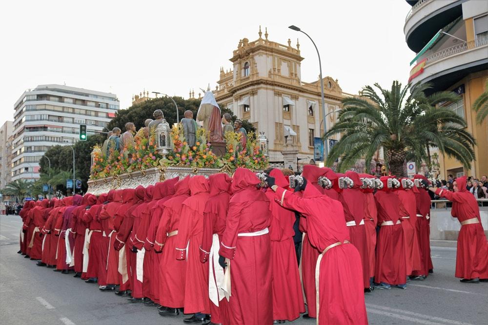La Hermandad de la Santa Cena procesiona en la tarde del Jueves Santo