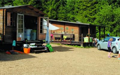 Los chicos y chicas del grupo scout Impeesa están en su campamento