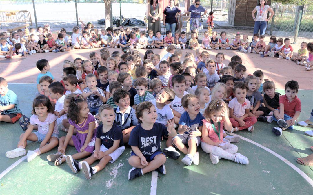 Los niños y niñas de 3 años de Infantil son recibidos por sus compañeros de 4 y 5 años