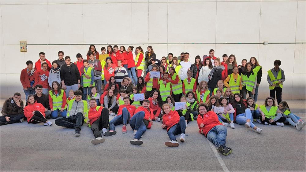 Voluntarios colaborando en la recogida de alimentos para Cáritas