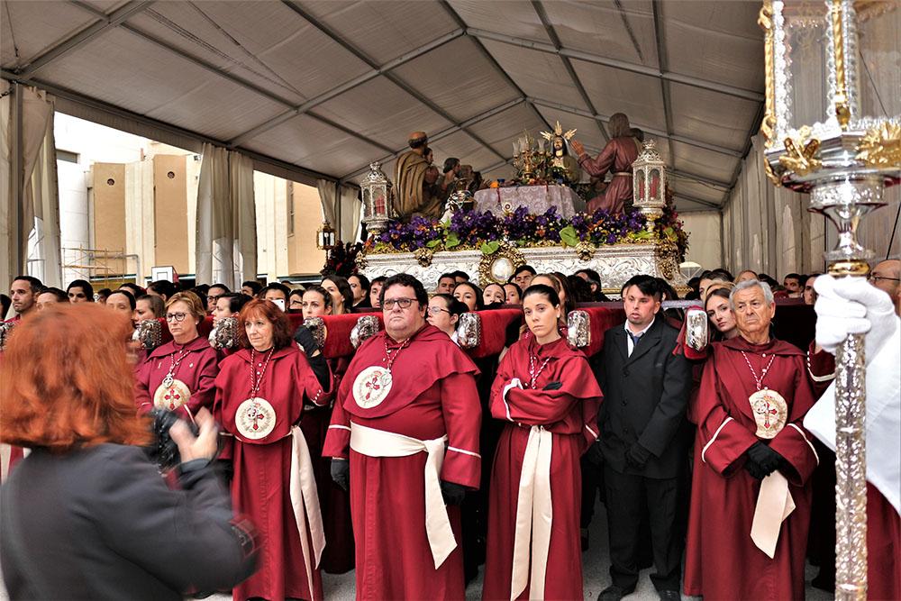 Costaleros de la Hermandad momentos antes de iniciar la procesión