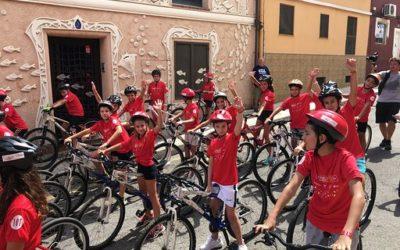 Alumnos del colegio en la «Vuelta ciclista a España» a su paso por Alicante.