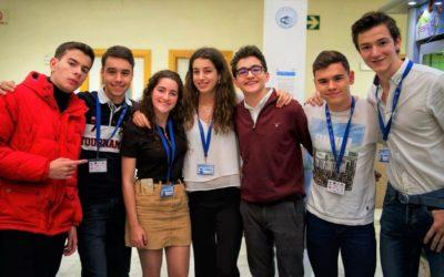 Jóvenes compiten debatiendo en inglés