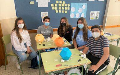 Alumnos de 3º de ESO construyen una lámpara de sobremesa